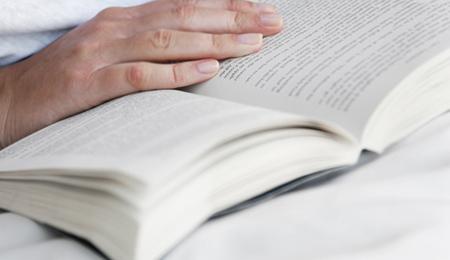 Wissen bedeutet Vorsprung - offenes Buch mit Hand